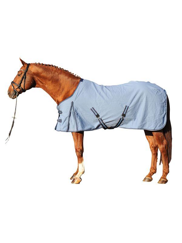 blauwe productomschrijving:  - ademend - verstelbare dubbele borstsluiting - schoftbescherming - ingewerkte loopsplitten - kruissingels - staartriemen - glad, gemakkelijk te onderhouden materiaal - onderhoudsvriendelijk - ideaal als overgangsdeken - weefs